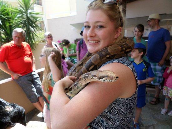 Aquaworld Aquarium & Reptile Rescue Centre : holding a snake!