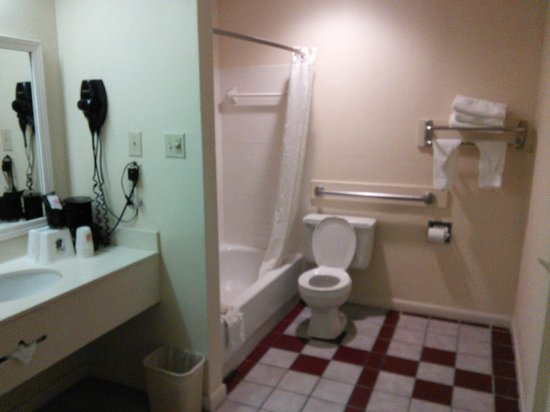 Super 8 New Orleans : Large Bathroom... clean and roomy