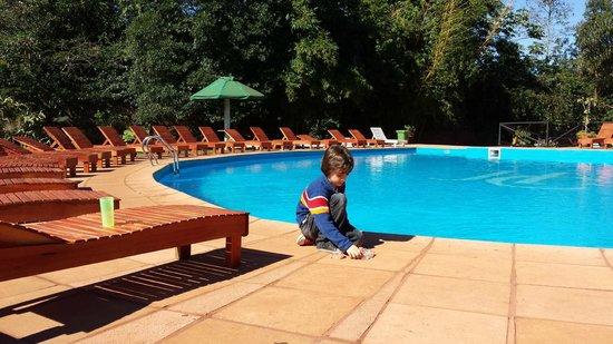 Hotel Carmen Iguazu : La pileta y reposeras, zona de parrilla, juegos