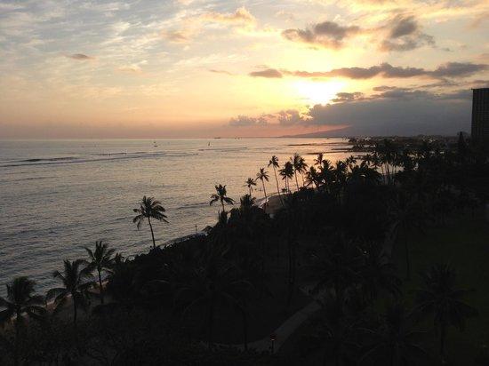 Waikiki Shore: サンセットとビールは最高です