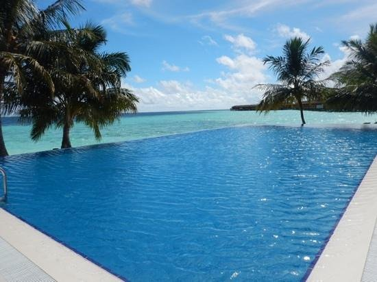 Vilamendhoo Island Resort & Spa : looking out over the adults only pool