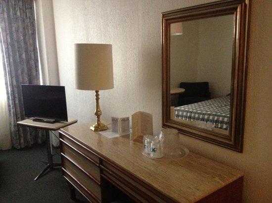 Hotel Bristol: Televisión y tocador.