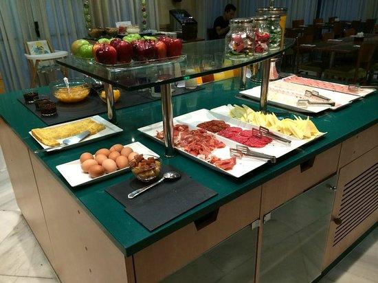 NH Madrid Barajas Airport: Разнообразный континентальный завтрак