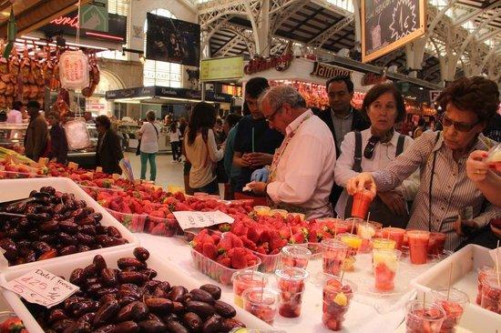 Plaza del Mercado (Placa del Mercat) : Seafood/ fruits and juice for sale