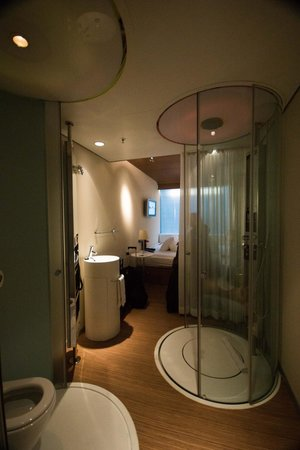 citizenM Amsterdam: Bathroom in the middle of the room