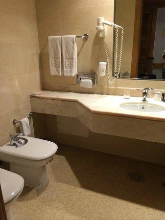 HF Fenix Lisboa: Наш номер с душем, а такой же у соседей с ванной