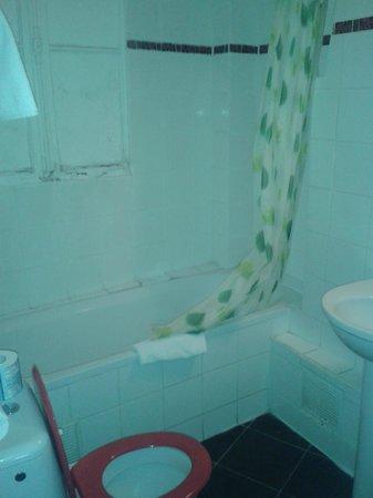 Hotel Le Petit Trianon: salle de bain