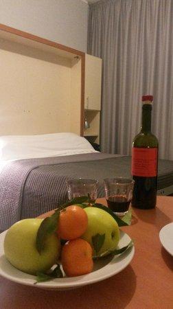 Residence & Hotel Aramis Milan Downtown: На столе презенты от отеля, включая вино.