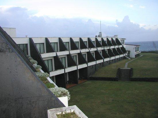 Caloura Hotel Resort: Sicht vom Zufahrtsbereich