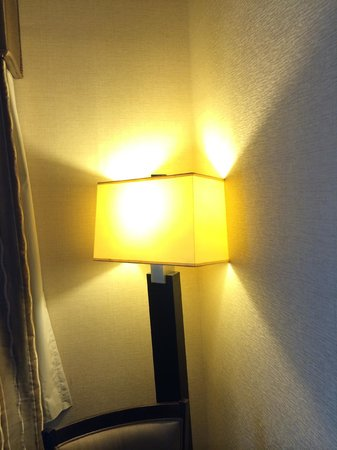 Holiday Inn Express Hotel & Suites Fresno South: light in room