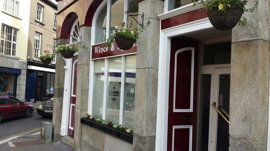 Stamp's Pub: Summer shop front