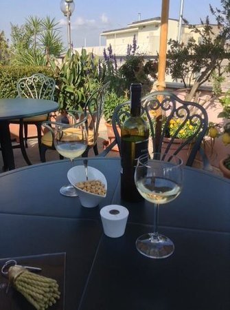 Marcella Royal Hotel: drinks and nibbles as the sun goes down