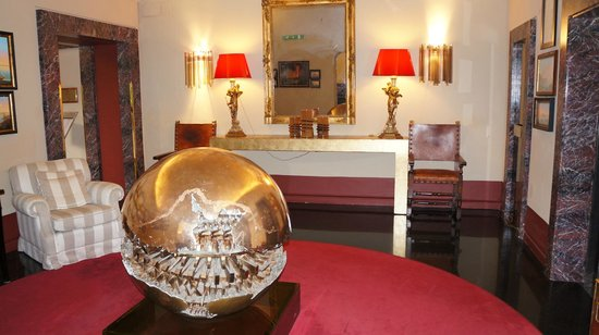 Residenza di Ripetta: The elevator lobby boasts a scale replica of Sphere with Sphere from the Vatican