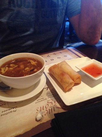 Nine Dragons : Soup and spring rolls