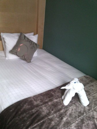 The Cumberland: Bed with welcome towels in elephant shape