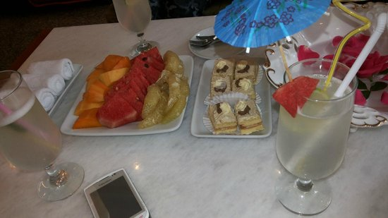Golden Art Hotel : Welcome drinks, fruits & cakes