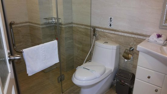 Golden Art Hotel : Spacious clean bathroom