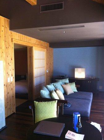 HOSHINOYA Okinawa: この大きなソファはごろごろするのに最適