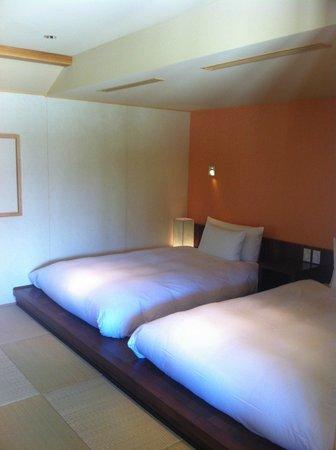 HOSHINOYA Okinawa: ベッドはいたってふつう。寝心地も特別良いわけではない。
