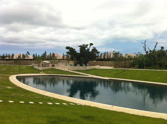 HOSHINOYA Okinawa: 池みたいなプール
