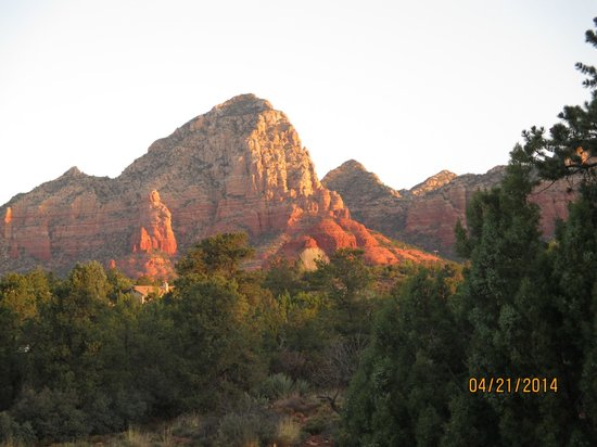 BEST WESTERN PLUS Inn of Sedona: Sun in the morning on the red mountains