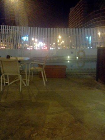 Ibis Tanger City Center : piscine nuit