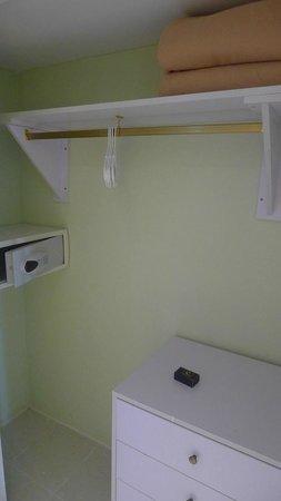 NH Capri La Habana: Room safe inside closet