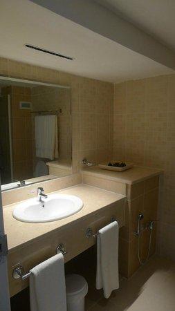 NH Capri La Habana: Bathroom