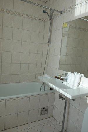 Hotel Kong Arthur : Salle de bain (peu de place pour poser ses affaires)