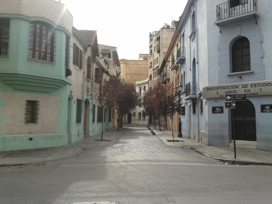 INFINITY by Ameristar: Rua defronte a entrada do hotel