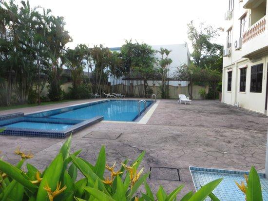 Noble Villa Apartment: swimming pool - not impressive