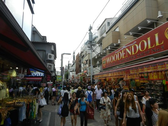 Ameyoko Shopping Street: Lots of shops and people