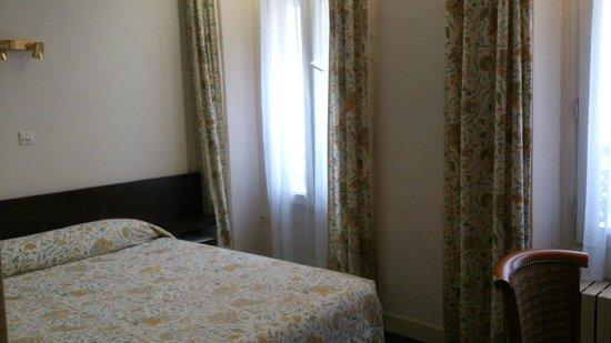 Grand Hotel du Havre: 窓を開けたら手が真っ黒・・・。コンセントが無く机下のスタンドのコンセントを抜いて使った。