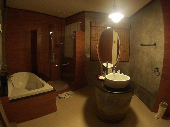 Aonang Phu Petra Resort, Krabi: Bathroom