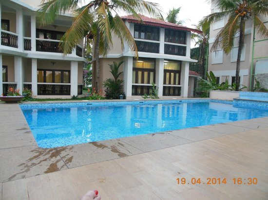 Resort Coqueiral: A view of the pools and the room in the background.