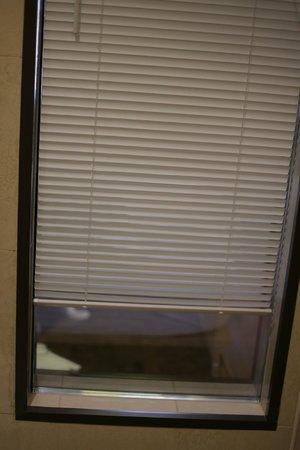 ซี เอ็กเซ็คคิวทีฟ บูทิค โฮเต็ล: too small window cover