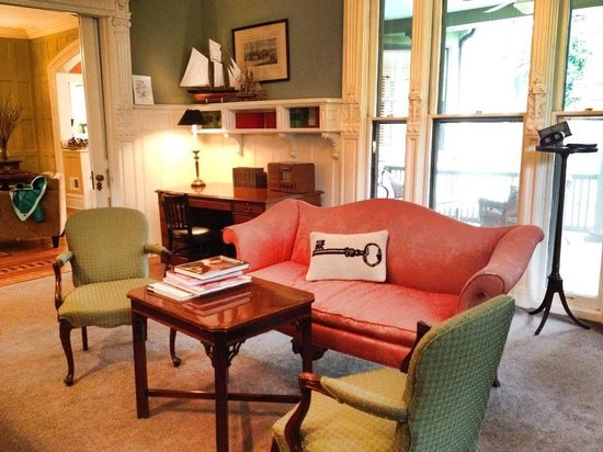 DeBary Inn: Library!