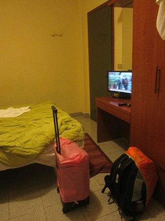 Hotel Valley: Телевизор и шкаф присутствуют...