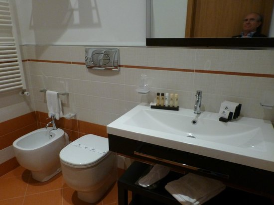 Pietre Nere Resort: bagno moderno con cabina doccia