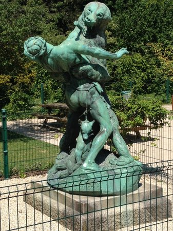 Jardin des Plantes : don't know what this statue is depicting but its pretty boss