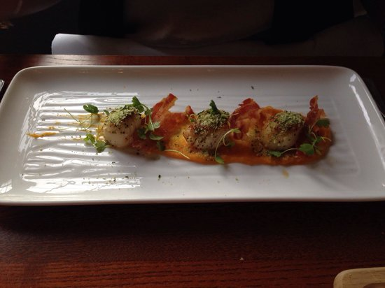 The Mallyan Spout Hotel: Scallops and chrispy bacon for starter