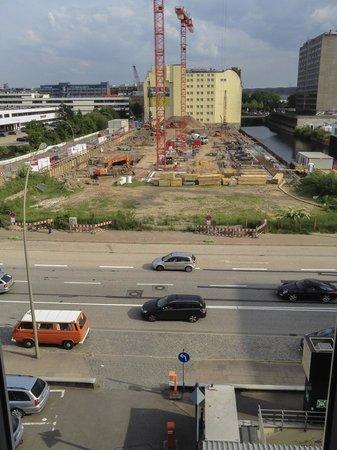 Novum Hotel Belmondo Hamburg Hauptbahnhof: Aussicht auf die Hauptstraße und Baustelle