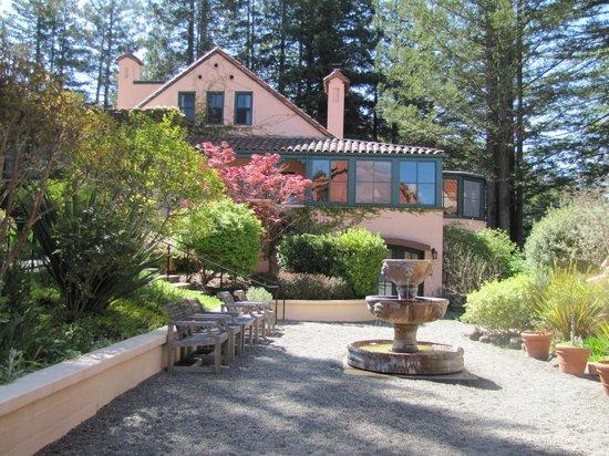 Applewood Inn: Courtyard at Applewood