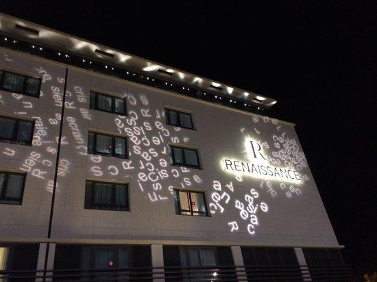 Renaissance Aix en Provence Hotel : Nice night lights at entrance