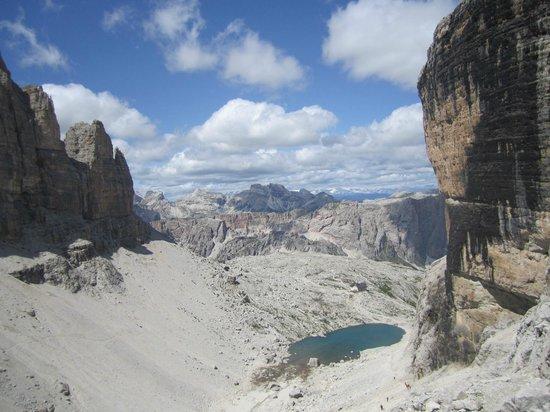Rifugio Cavazza Franco Al Pisciadu: laghetto e rifugio cavazza provenienza pordoi