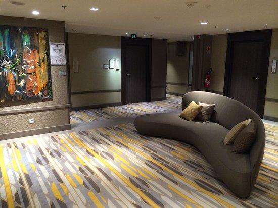 Renaissance Aix-en-Provence Hotel : Uniquely designed sofa and carpet at lift lobby