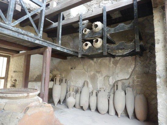Herculaneum Ercolano : Una bottega con le sue anfore.