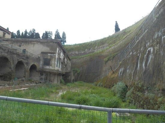 Herculaneum Ercolano : Questo è il dislivello tra l'attuale piano strada, in alto, e la città di Ercolano.