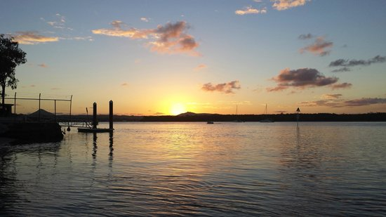 Noosa River Holiday Park : Sunset from the riverbank
