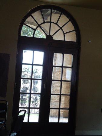 Hotel Seville : Beautiful old windows